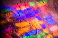 Réflexions d'un vitrail coloré de staines Photos libres de droits