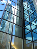 Réflexions dans la construction en verre Photos libres de droits