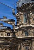 Réflexions de miroir au Louvre Photographie stock libre de droits