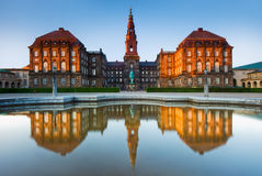 Réflexions de palais de Christiansborg à Copenhague, Danemark Photo stock