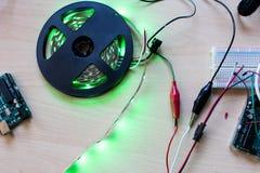 RGB geleide adresseerbare strook gecontroleerd door microcontroller open s stock afbeeldingen