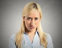 Ärgerliche, verärgerte, mürrische, junge Frau Lizenzfreies Stockfoto