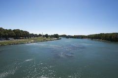 RhÃ'ne flod som ses från det Pont helgonet-Bénézet, Avignon, Frankrike Royaltyfri Fotografi