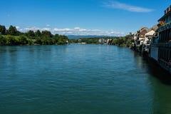 Rhein-Ansicht von rheinfelden die Schweiz in der weiten Ansicht des Sommers Lizenzfreie Stockfotos