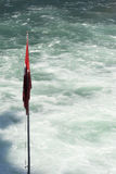 在Rheinfall瀑布,瑞士的瑞士旗子 免版税库存照片