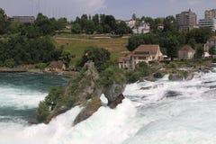 Rheinfall em Suíça perto de Schaffhausen Rheinfall é o bigge Imagens de Stock