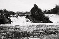 Rheinfall vattenfall i Schweiz som är svartvit Arkivfoton