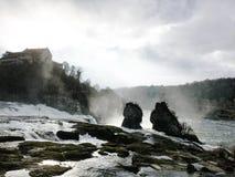 Rheinfallfelsen Störst vattenfall i Europa Royaltyfria Bilder