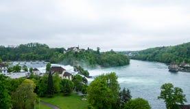 Rheinfalllandschap met Schloss Laufen op heuvel Stock Fotografie