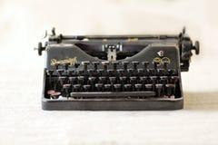 Rheinmetall - machine à écrire allemande classique de vintage de noir en métal de Borsig AG sur la nappe beige molle Image libre de droits