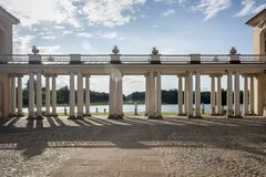 RHEINSBERG, ALEMANIA, EL 28 DE AGOSTO DE 2014: Columnata del palacio de Rheinsberg Fotografía de archivo libre de regalías