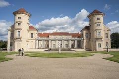 RHEINSBERG, DEUTSCHLAND, AM 28. AUGUST 2014: Nicht identifizierter Tourist, der den Rheinsberg-Palast besichtigt Lizenzfreies Stockfoto