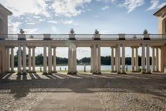 RHEINSBERG, NIEMCY, SIERPIEŃ 28, 2014: Kolumnada Rheinsberg pałac fotografia royalty free