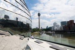 Rheinturm à Duesseldorf - tour de TV sur le fleuve photos libres de droits