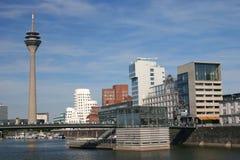 Rheinturm en el puerto de los media imagen de archivo