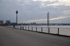 Rheinturm i krajobraz przy Dusseldorf! zdjęcie royalty free