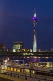 Rheinturm na noite, Dusseldorf, Alemanha Foto de Stock Royalty Free