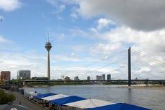 Rheinturm TVtorn och bro i Dusseldorf arkivbilder