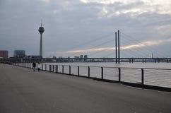 Rheinturm und Landschaft in Dusseldorf!! lizenzfreies stockfoto