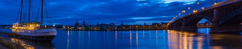 Rhenflodstrand i Mainz, panorama på natten Royaltyfri Foto