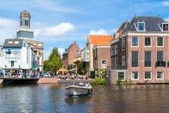 Rhenkanal med fartyget och det utomhus- kafét i Leiden, Nederländerna Royaltyfri Bild