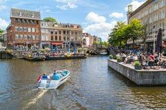 Rhenkanal med fartyget, utomhus- kaféer och gamla gavlar, Leiden som är netto Royaltyfri Fotografi