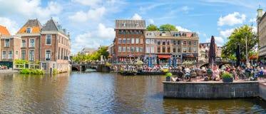 Rhenkanal med folk på utomhus- kaféer, Leiden, Nederländerna Royaltyfri Bild