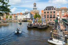 Rhenkanal med kafét och det kyrkliga tornet, Leiden, Nederländerna Fotografering för Bildbyråer