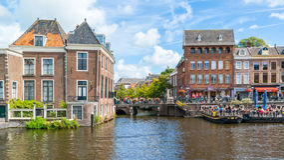 Rhenkanal med utomhus- kaféer och gamla gavlar, Leiden, Netherlan Royaltyfria Foton
