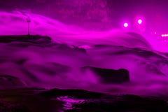 Rhine Falls i rosa belysning för bröstcancermedvetenhet royaltyfri fotografi