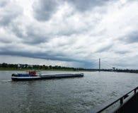 Rhine River i Dusseldorf på en molnig dag arkivfoton