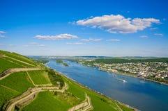 Rhine River nära Bingen f.m. Rhein i Rheinland-Pfalz, Tyskland royaltyfri fotografi