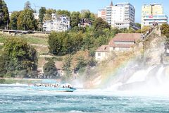Rhine Szwajcaria, Wrzesień, - 19, 2018: Turystyczny statek na Rhine rzece zbliża się Rhine spada fotografia royalty free