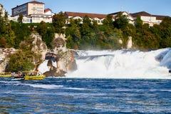 Rhine Szwajcaria, Wrzesień, - 19, 2018: Turystyczny statek na Rhine rzece zbliża się Rhine spada obraz stock