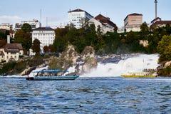 Rhine Szwajcaria, Wrzesień, - 19, 2018: Turystyczny statek na Rhine rzece zbliża się Rhine spada zdjęcie stock