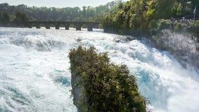 Rhinefallen och den gamla bron i Schweiz Royaltyfria Foton