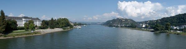 Rhinet River i staden av Koblenz med fästningen av Ehrenbreitstein Royaltyfri Bild