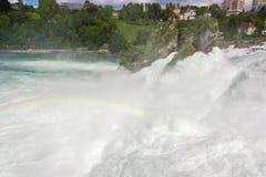 Rhinfall y arco iris - Schaffhause, Suiza foto de archivo