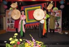 Rho, Italie le 1er décembre 2018 : Un groupe de folklore du Vietnam photographie stock libre de droits