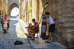 Street musicians at narrow street of Rhodes town on Rhodes island, Greece Stock Photography
