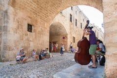 Rhodes Grekland Maj 30, 2018 Buskers på gatan av riddarna som spelar för turister Gammal stad, ö av Rhodes, Grekland, Europa royaltyfri bild
