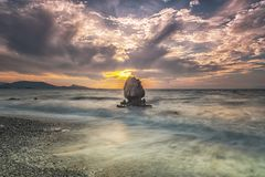 Rhodes Kato Petres Beach e rocha solitário fotografia de stock royalty free