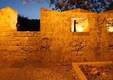 Rhodes Old-Stadtfestungswand bis zum Nacht Griechenland Lizenzfreie Stockfotos