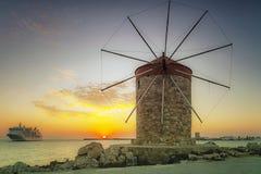 Rhodes statek wycieczkowy przy wschód słońca i wiatraczek zdjęcie stock