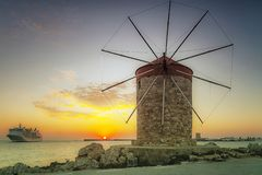 Rhodes Windmill e nave da crociera ad alba fotografia stock