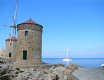 Rhodes Windmills, Mandraki-Hafen Lizenzfreies Stockfoto