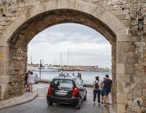 RHODOS GREKLAND JUNI 14 2016: Många turister som besöker och shoppar på marknadsgatan i den gamla staden Rhodos, Grekland Fotografering för Bildbyråer