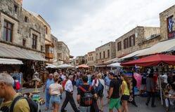 RHODOS GREKLAND JUNI 14 2016: Många turister som besöker och shoppar på marknadsgatan i den gamla staden Rhodos, Grekland Royaltyfri Bild