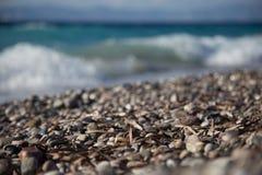 Rhodos, Griechenland, im August 2016 Brandung auf dem Strand des Ägäischen Meers Lizenzfreie Stockfotos