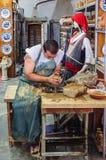 RHODOS, 24 Griekenland-Augustus, 2015: Het werk van de meester van de aardewerkworkshop Stock Afbeeldingen